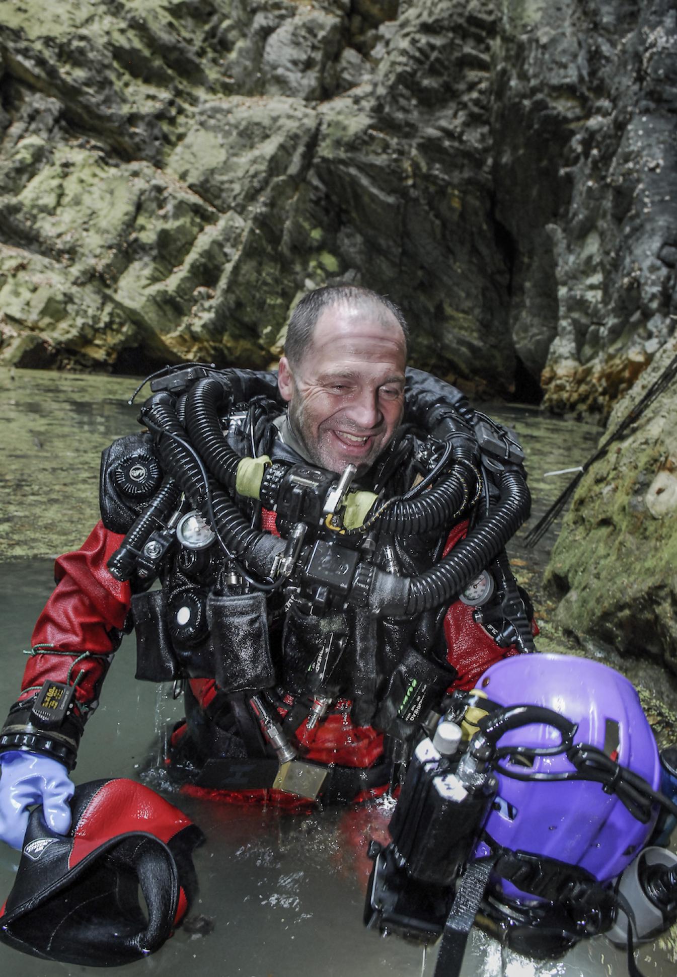 Mężczyzna w stroju płetwonurka wychodzi z jeziora