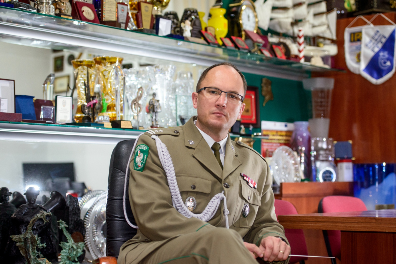 Mężczyzna w mundurze siedzi na krześle.