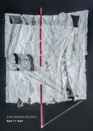 Czarne tło. Na środku praca wykonana z białego, ręcznie czerpanego papieru. Papier nie jest gładki, ale z fakturą. W kilku miejscach jest poszarpany, są wykonane otwory. Praca poprzecinana jest kilkoma czarnymi i białymi liniami. Przez środek pracy przebiega czerwona, przerywana linia.