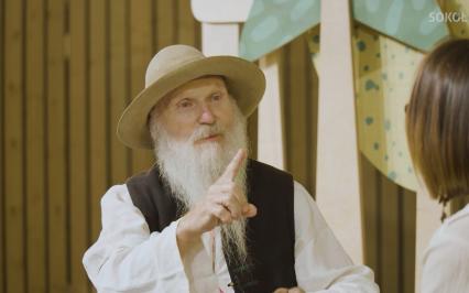 starszy mężczyzna w regionalnym kapeluszu z długą białą brodą